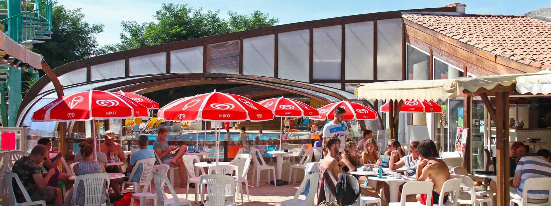 réception et services : confortablement installés sur la terrasse du bar de la piscine, les vacanciers se raffraichissent